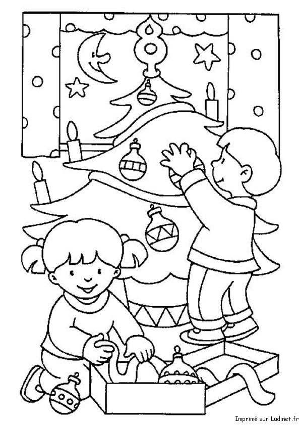 Les enfants et le sapin est un coloriage de Noel